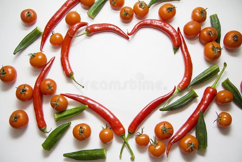 Paprikas mit Tomaten und essbarem Eibisch lizenzfreie stockbilder