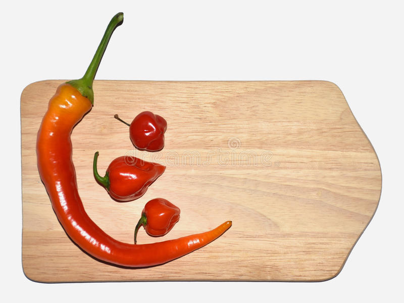 Paprikas, roter Pfeffer auf hölzernem Brett lizenzfreies stockfoto