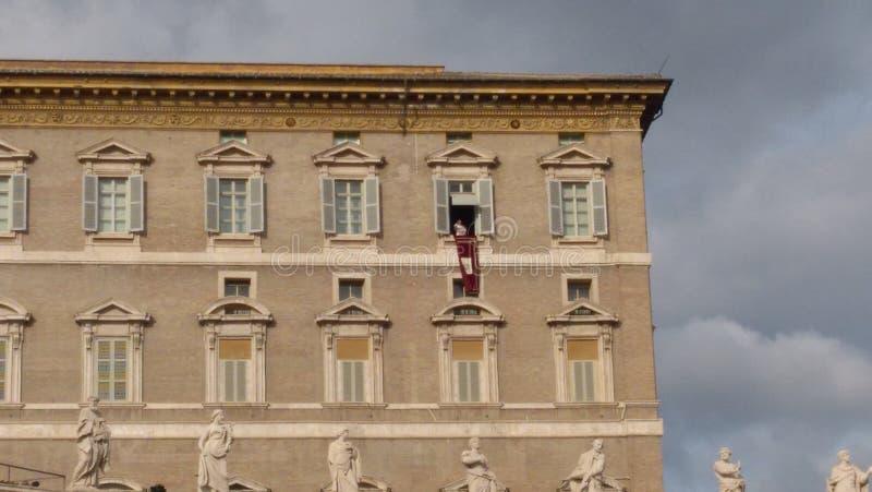 Papst Francis betet Angelus vom Fenster der päpstlichen Wohnung - Vatikanstadt lizenzfreies stockbild