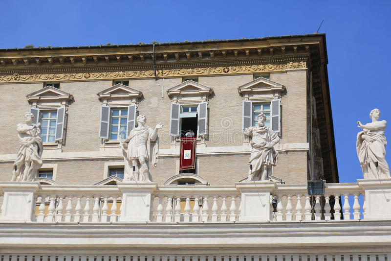 Papst Francis, der vom päpstlichen Wohnungsbalkon, Vatikanstadt predigt lizenzfreies stockfoto