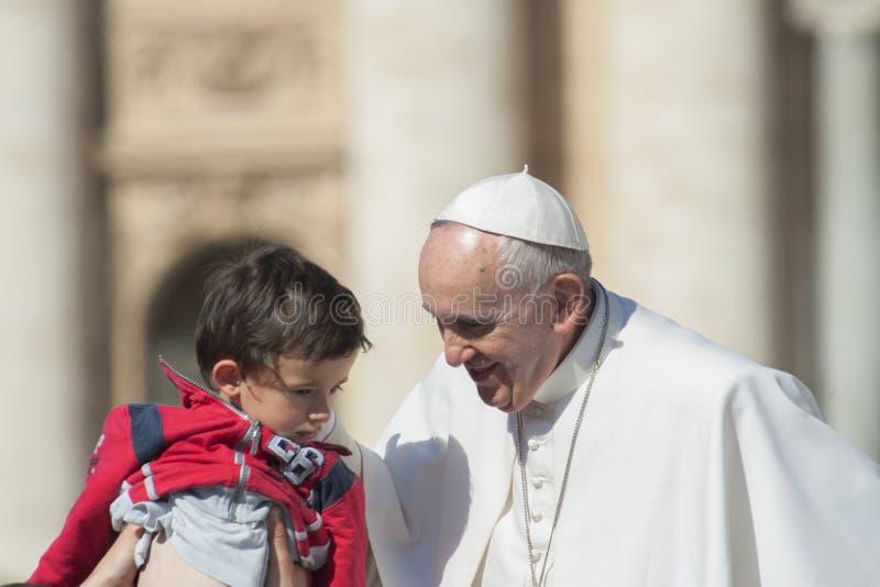 Papst Francis und kleiner Junge lizenzfreies stockfoto