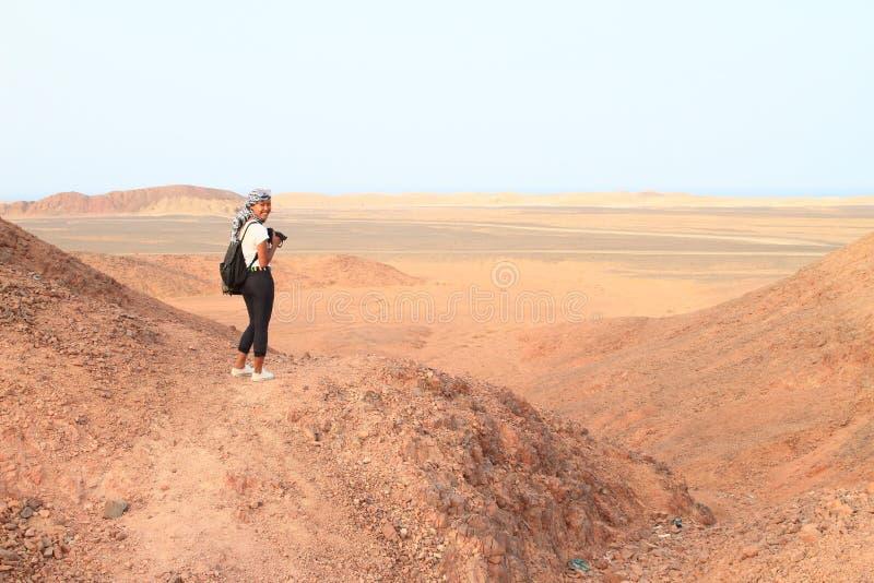 Papuan flicka som tar foto av öknen i Marsa Alam royaltyfri foto