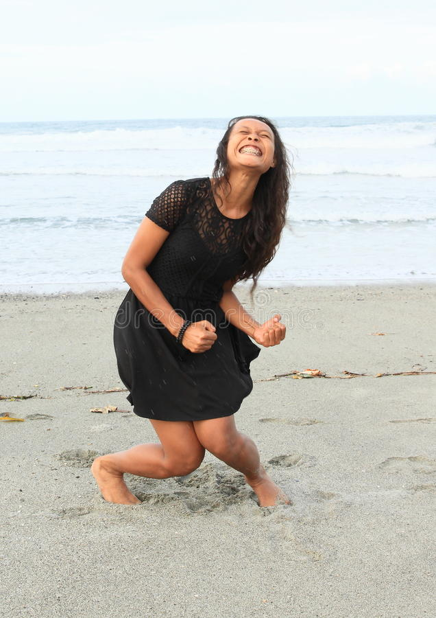 Papuanflicka som skriker på stranden arkivfoto