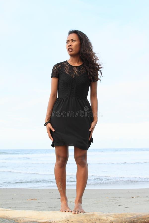 Papuanflickaanseende på stranden royaltyfria foton