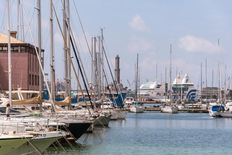 Paquebots, ferries et yachts dans le gauche - Porto Antico à Gênes, Ligurie, Italie, Europa photo libre de droits
