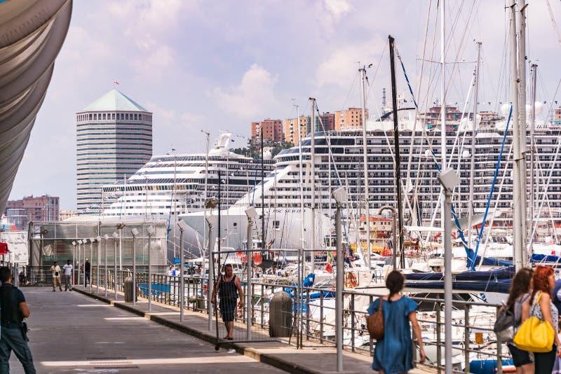 Paquebots, ferries et yachts dans le gauche - Porto Antico ? G?nes, Ligurie, Italie, Europa photographie stock libre de droits