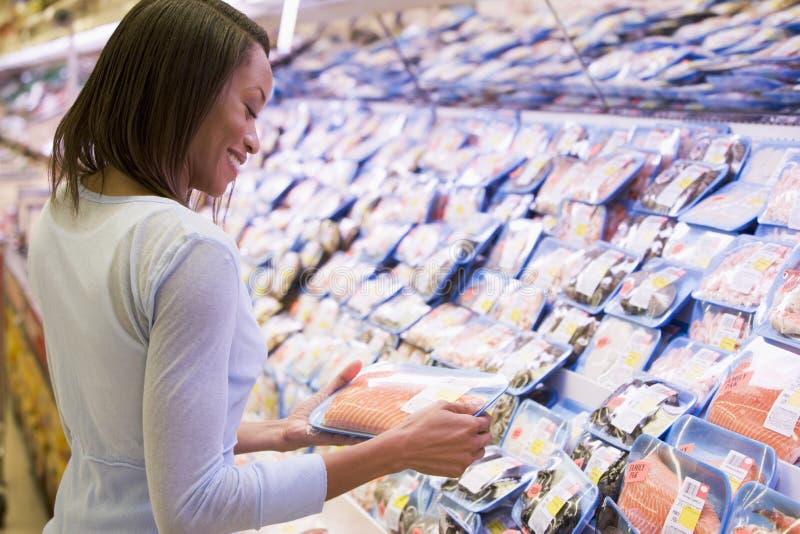 Paquet d'achats de femme de saumons photographie stock libre de droits