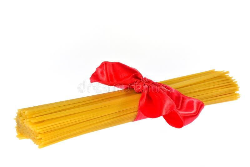 Paquet d'arc rouge de ruban associé par pâtes photo stock