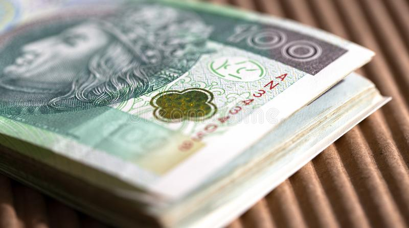 Paquet de 100 billets de banque de zloty sur une table Fin vers le haut photographie stock libre de droits