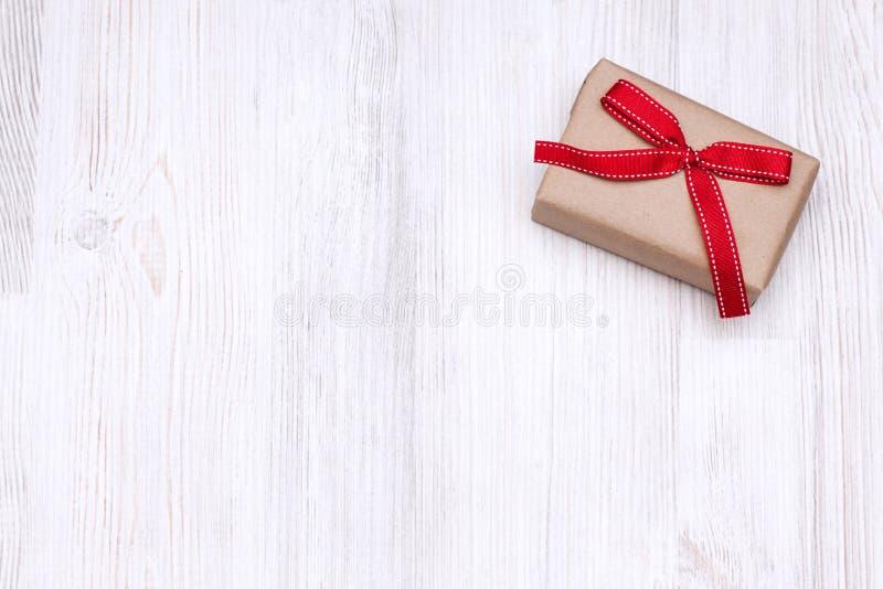 Paquet de boîte-cadeau de vintage avec l'arc rouge de ruban photos stock