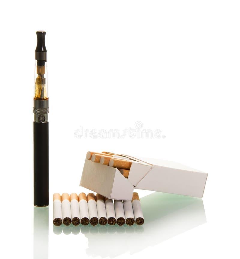 Paquet de cigarettes régulières et e d'isolement sur le fond blanc images stock
