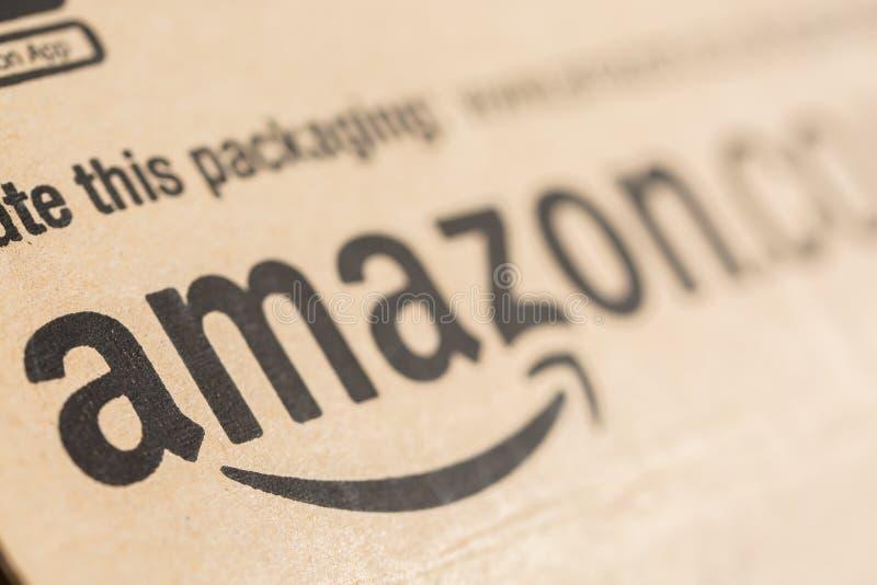 Paquet de colis de perfection d'Amazone Amazone, est un commerce électronique et un nuage américains calculant COM photos stock