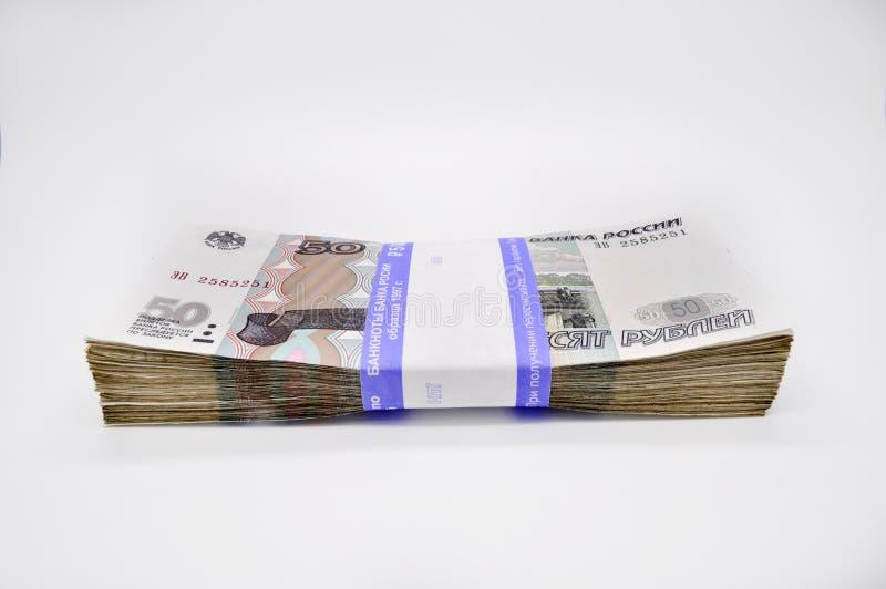 Paquet de 100 morceaux du billet de banque 50 cinquante roubles de billets de banque de banque de la Russie sur les roubles russe photo stock