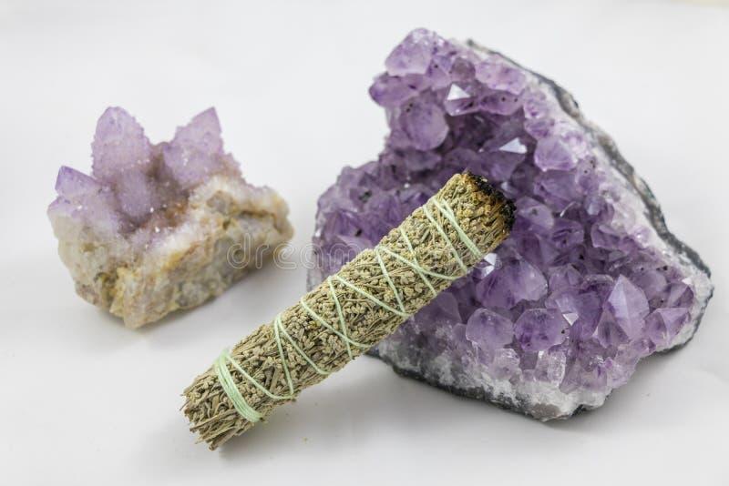 Paquet de sauge avec le beau cristal de quartz et d'améthyste d'esprit photo libre de droits
