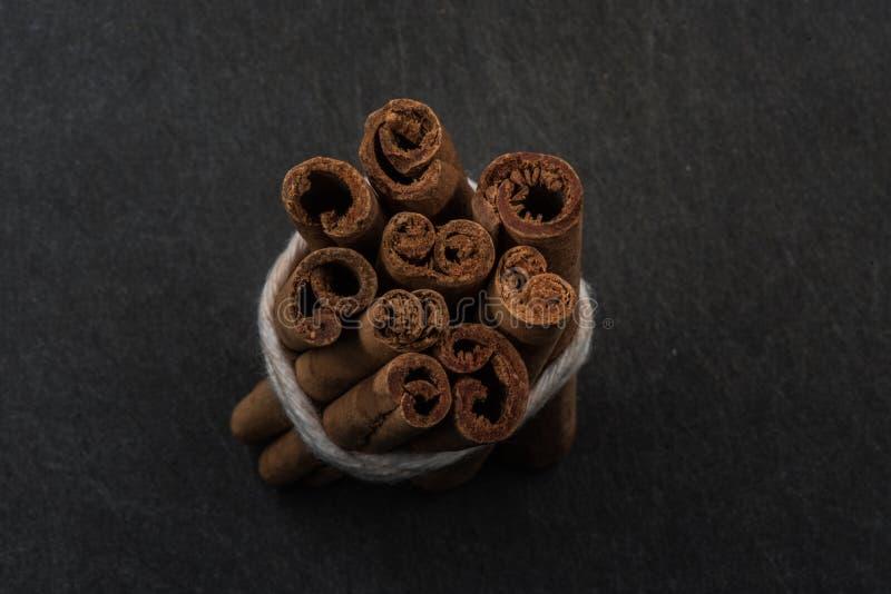 Paquet de vue de bâtons de cannelle à partir de dessus images stock