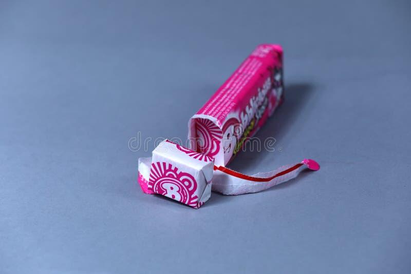 Paquet ouvert de Bubblicious, gomme d'éclaboussure de fraise, marque américaine, d'isolement photos libres de droits