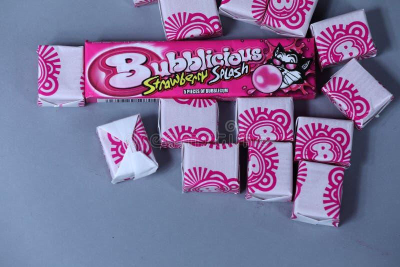 Paquet ouvert de Bubblicious, gomme d'éclaboussure de fraise, marque américaine, d'isolement photos stock