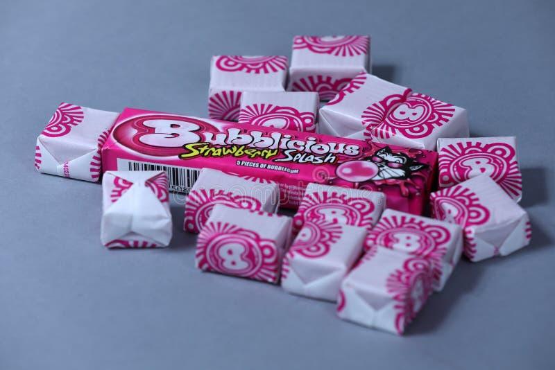 Paquet ouvert de Bubblicious, gomme d'éclaboussure de fraise, marque américaine, d'isolement image libre de droits