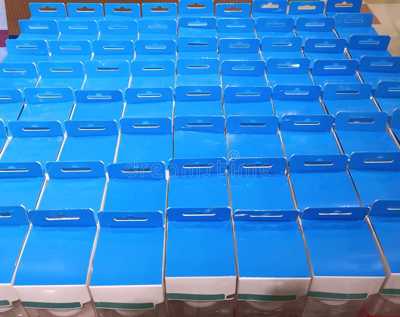 Paquete azul y blanco del producto foto de archivo libre de regalías