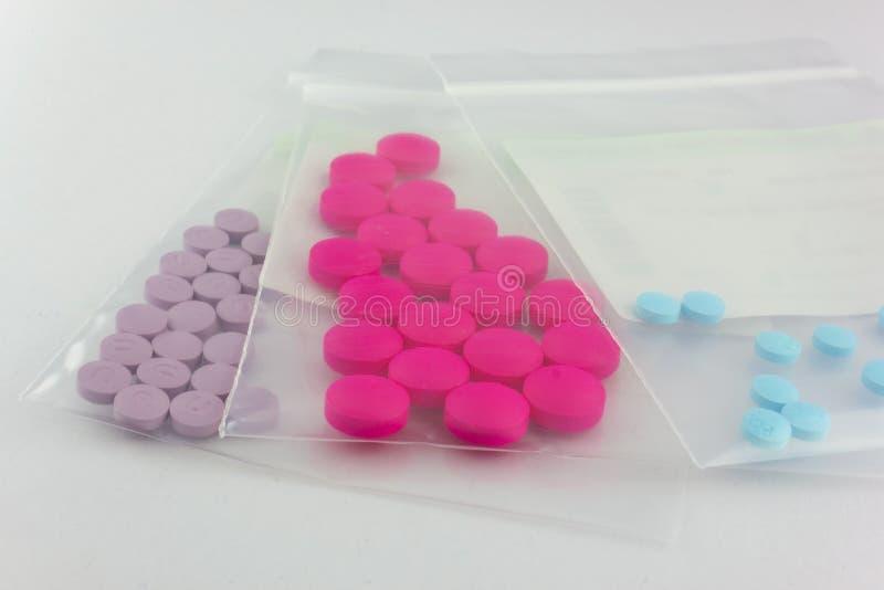 Paquete de ampolla de la tableta de la medicina en la bolsa de plástico de dispensación fotos de archivo