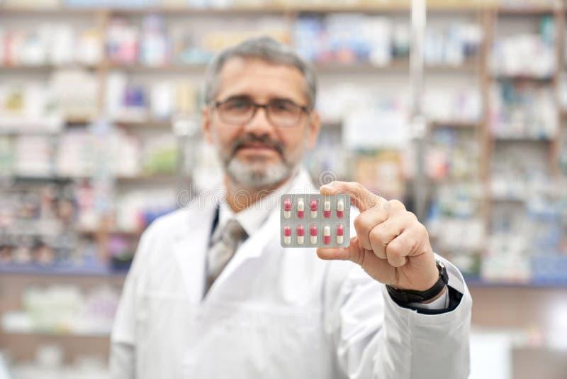 Paquete de ampolla de la tenencia del químico con las píldoras fotos de archivo