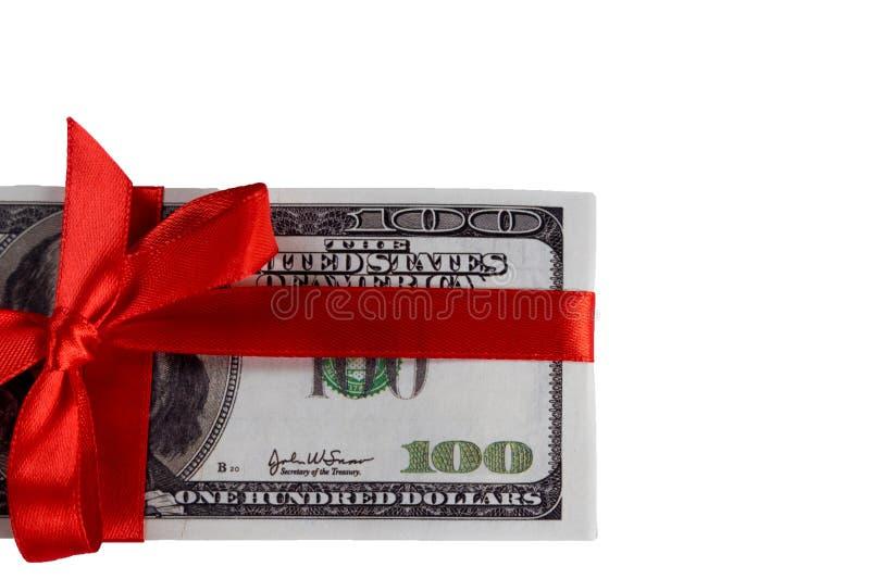 Paquete de cuentas de cientos dólares atados con una cinta roja dólares aislados en el fondo blanco fotografía de archivo libre de regalías