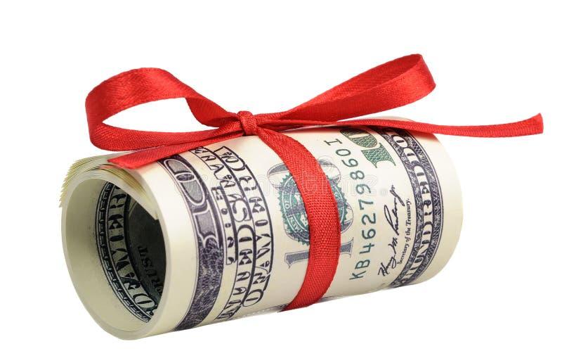 Paquete de cuentas de cientos dólares atados con una cinta roja dólares aislados en el fondo blanco imágenes de archivo libres de regalías