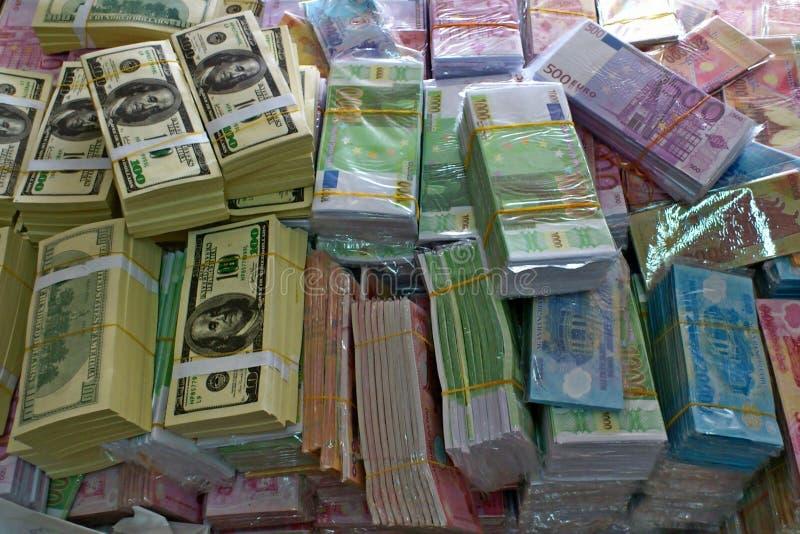 Paquete de diversa moneda, dólares y euro, pila de Vietnam imagenes de archivo