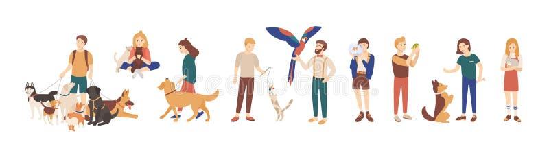 Paquete de dueños del animal doméstico aislados en el fondo blanco Colección de hombres y de mujeres que sostienen sus animales d stock de ilustración