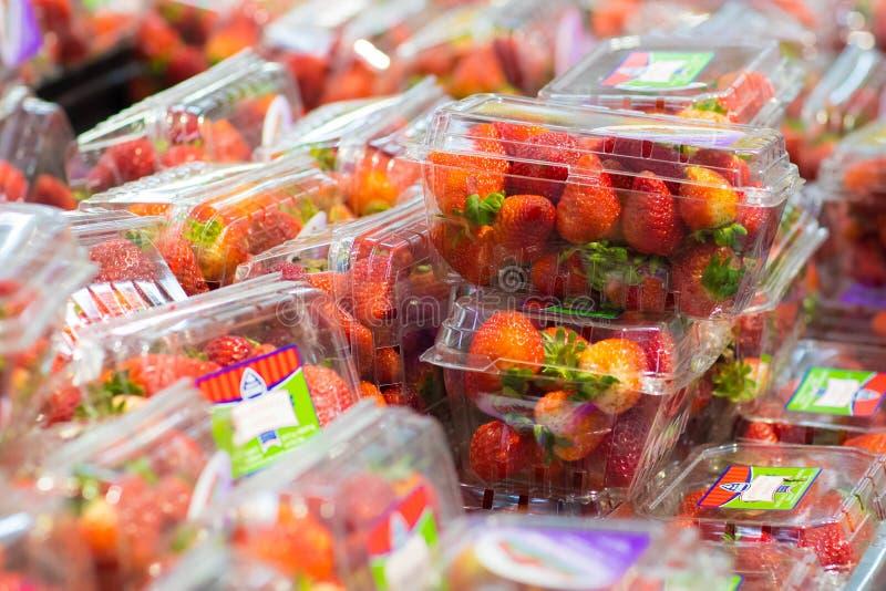 Paquete de la fresa que es vendido en supermercado imágenes de archivo libres de regalías