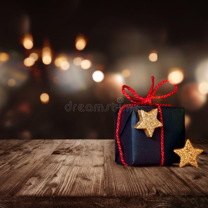 Paquete de la Navidad con el fondo festivo fotos de archivo libres de regalías