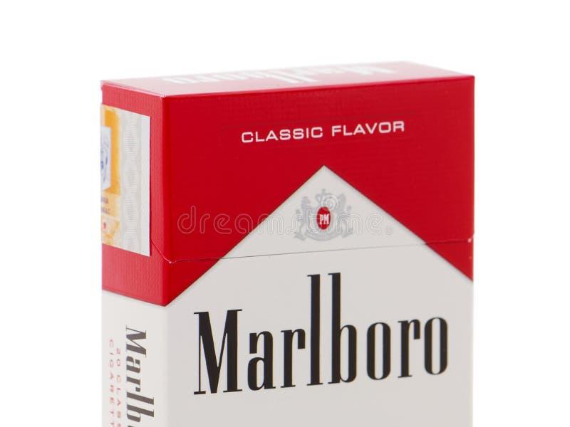 Paquete de los cigarrillos de Marlboro, hecho por Philip Morris imagen de archivo