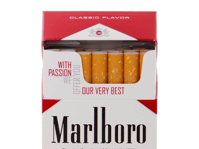 Paquete de los cigarrillos de Marlboro, hecho por Philip Morris fotos de archivo