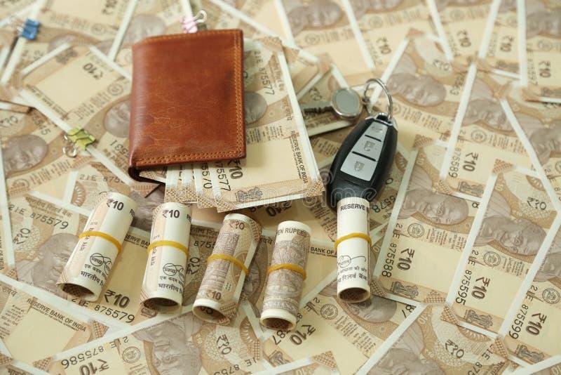 Paquete de notas indias de la moneda en cartera con llave del coche y moneda del indio del paquete fotos de archivo libres de regalías