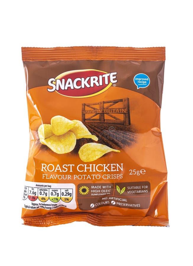 Paquete de patatas a la inglesa de patata del sabor del pollo asado de Snackrite en un fondo blanco imágenes de archivo libres de regalías