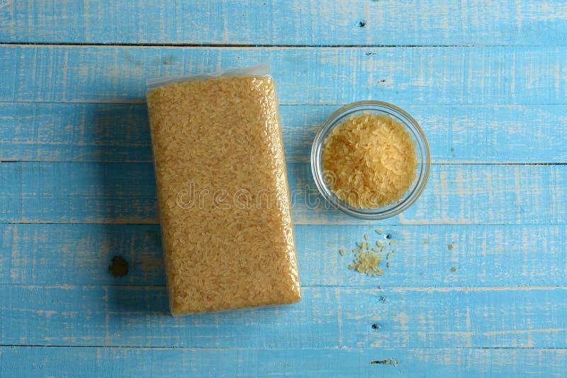 Paquete de vacío de arroz italiano - fondo azul claro fotos de archivo libres de regalías