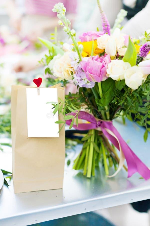 Paquete del regalo de la tarjeta del día de San Valentín con las flores fotos de archivo