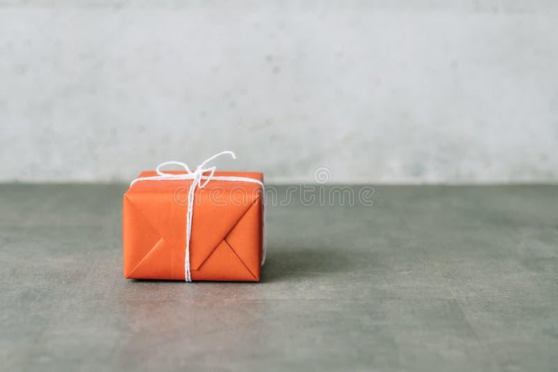 Paquete en línea del papel del rojo del servicio de entrega que hace compras imágenes de archivo libres de regalías