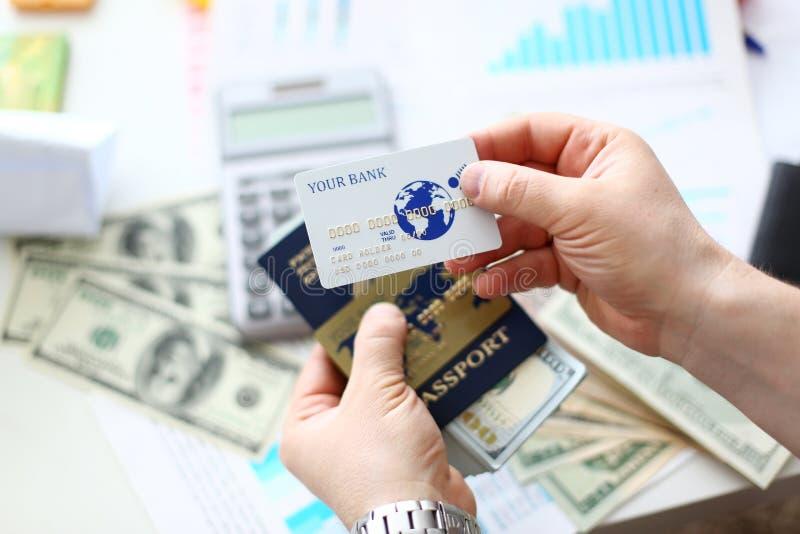 Paquete masculino de las actividades bancarias del pasaporte de la tenencia de brazos de los E.E.U.U. imágenes de archivo libres de regalías