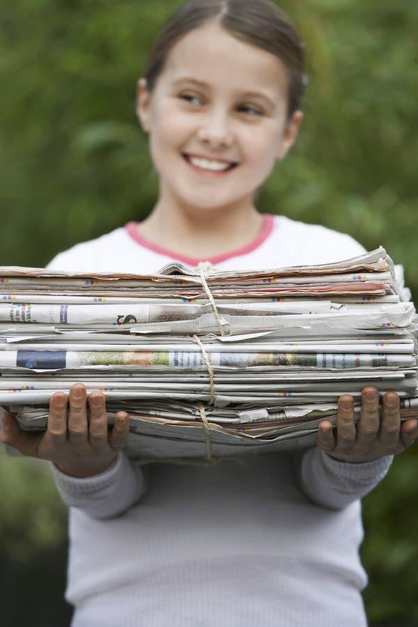 Paquete sonriente de la tenencia de la muchacha de papel usado fotografía de archivo libre de regalías