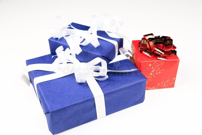 Paquetes azules y rojos de la Navidad con el lazo blanco del oro de las cintas fotografía de archivo