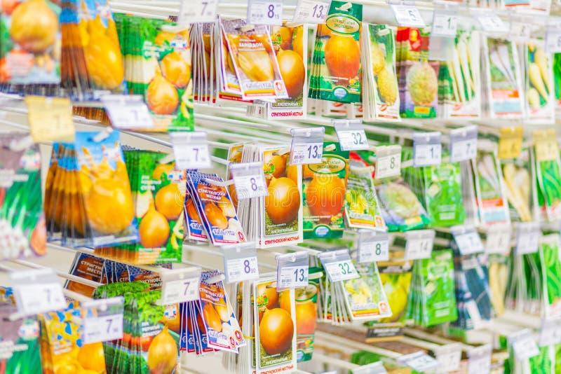 Paquetes con las semillas de plantas en la tienda Texto en ruso: cebolla, bulbo, local, Strigunovsky imagen de archivo