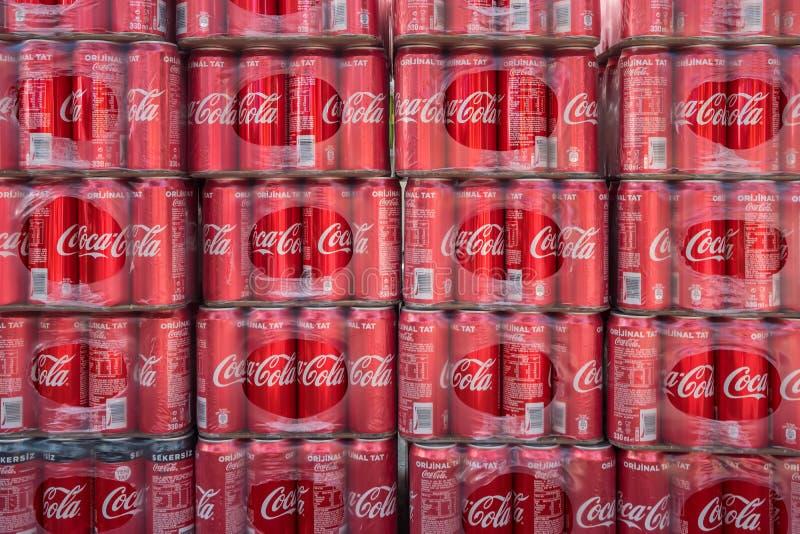 Paquetes de fondo clásico de las latas de Coca-Cola foto de archivo