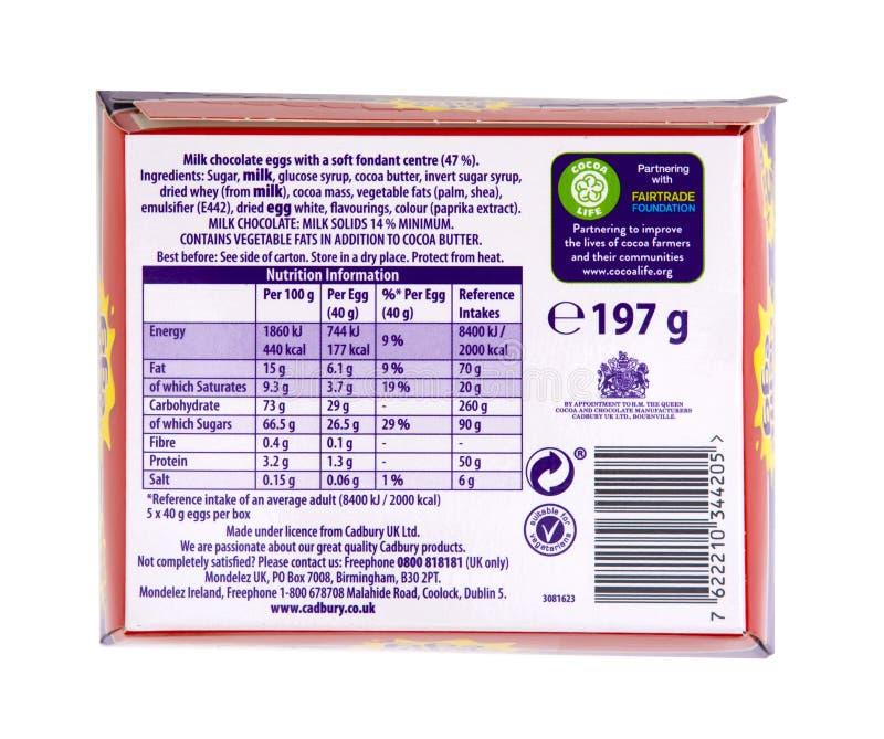 5 paquetes de huevos de la nata de Cadbury que muestran la información de la nutrición aislados en el fondo blanco fotografía de archivo