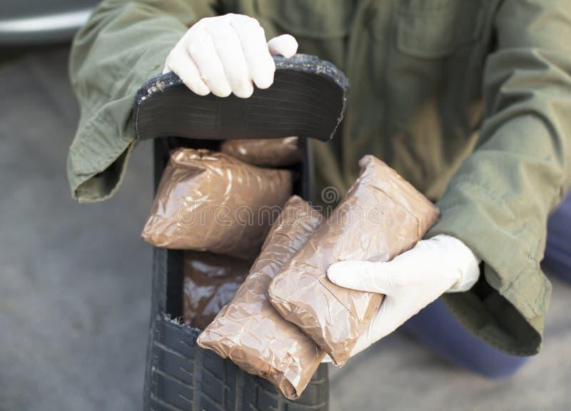Paquetes de la droga encontrados en neumático de repuesto foto de archivo