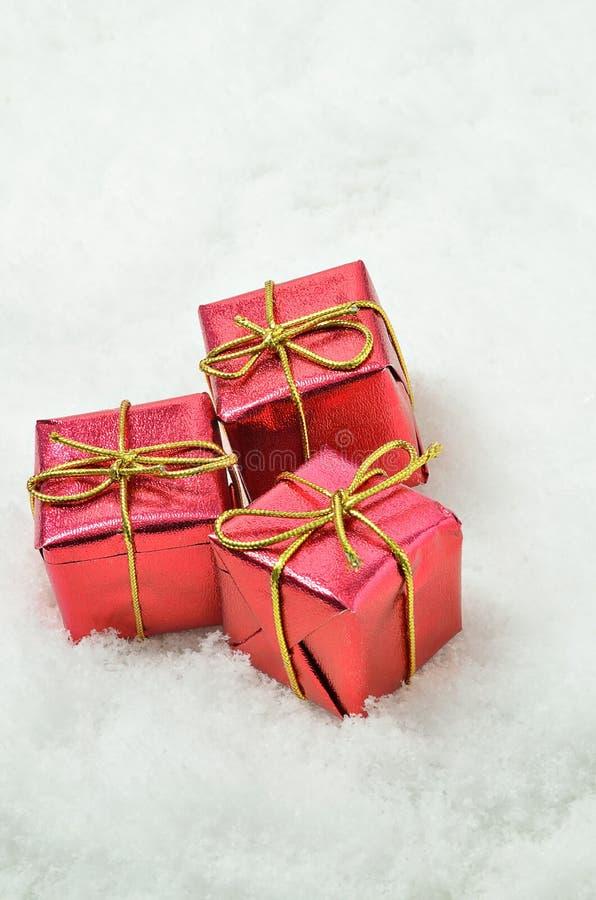 Paquetes rojos en fondo de la nieve fotos de archivo libres de regalías