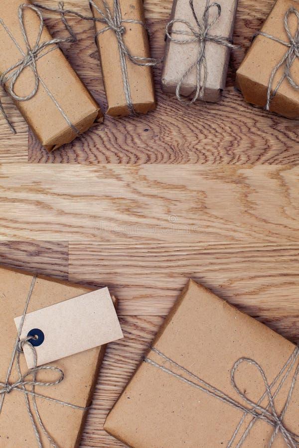 Paquetes y cajas en documento del eco sobre la tabla de madera Visión superior foto de archivo