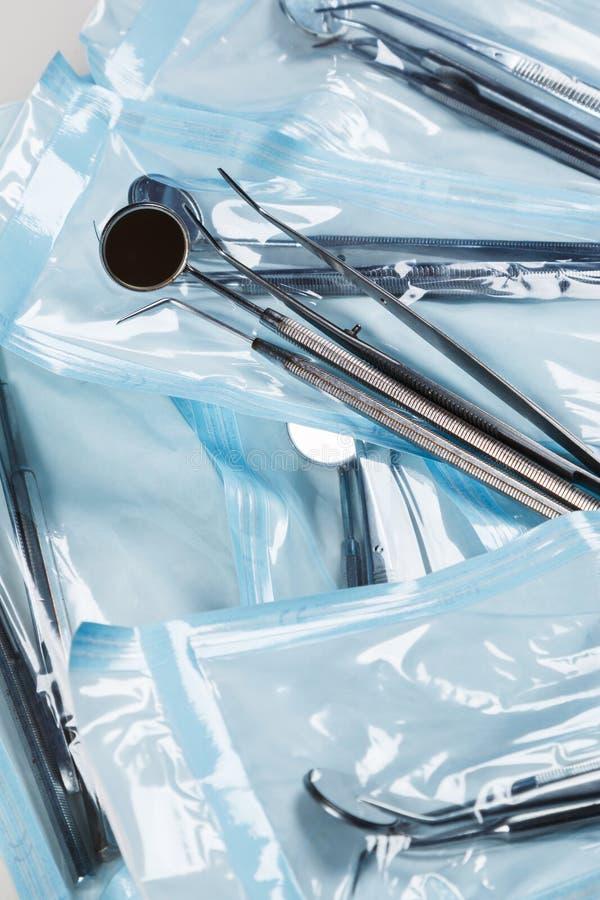 Paquets avec des outils de dentals photos libres de droits