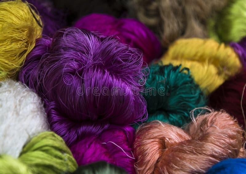 Paquets colorés lumineux de fil en soie photos libres de droits