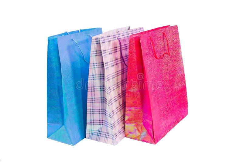 Paquets colorés pour des achats sur un fond blanc image libre de droits